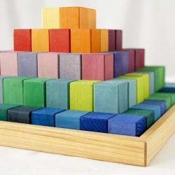 Gran pirámide de bloques de madera